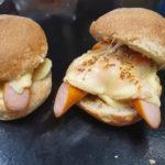 """le """"PAC MAN"""" : cousin du hot dog en version burger avec fromage à raclette et pommes de terre"""